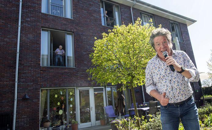 Zanger Kappie tradt donderdagmiddag op in de binnentuinen van het woonzorgcentrum Careaz J.W. Andriessen in Borculo. @ Frans Nikkels