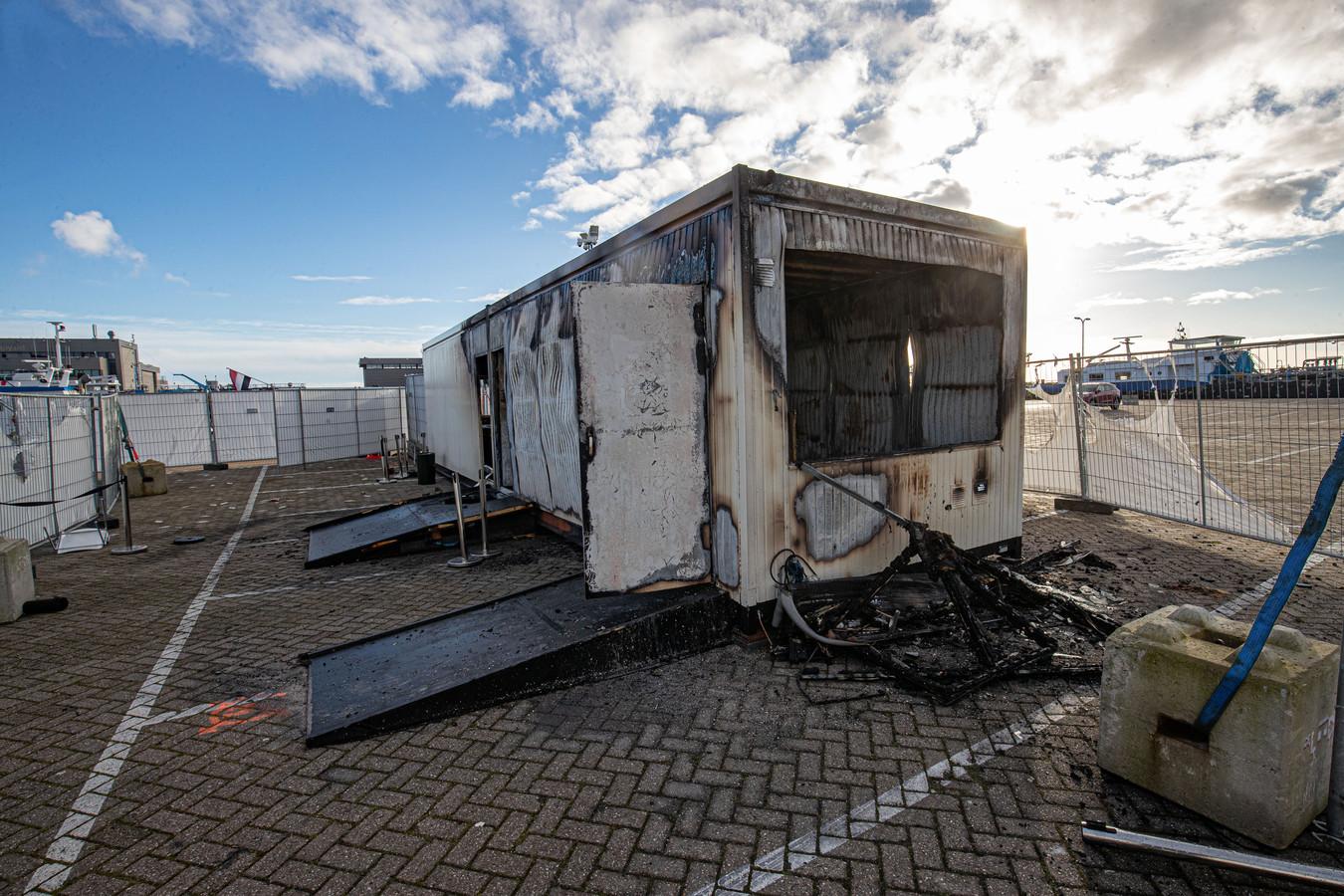 De afgebrande coronateststraat op het havenplein op Urk.