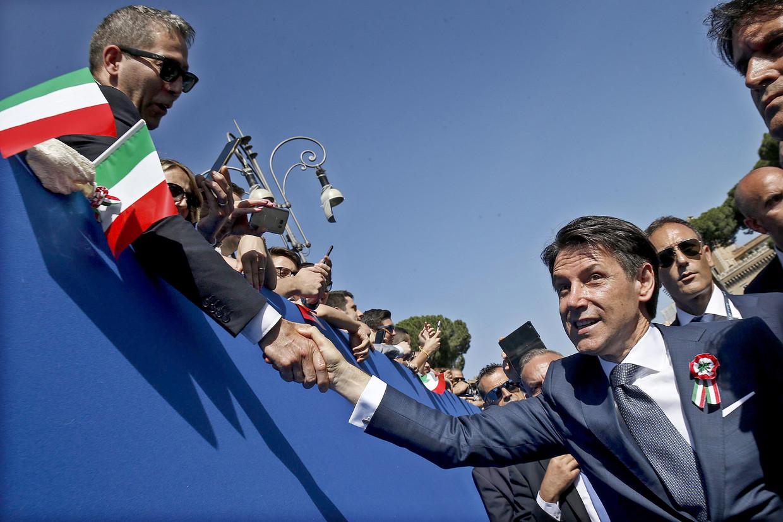 De nieuwe premier Giuseppe Conte groet het publiek tijdens de viering van de Dag van de Republiek.