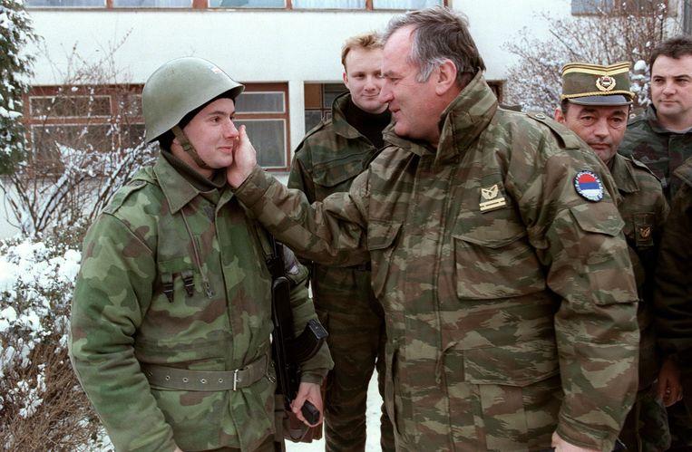Februari 1994: voormalig Joegoslavisch generaal Ratko Mladic praat met zijn soldaten in Sarajevo. Mladic was niet alleen het brein maar ook de tactische uitvoerder van oorlogsmisdaden die het leven kostten aan tienduizenden burgers. Beeld AFP