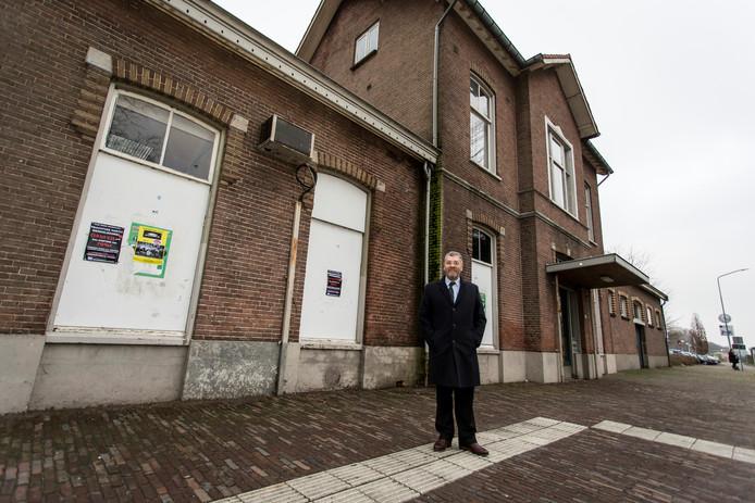 Frank van Setten, voorzitter van de stichting Poort van Bronckhorst, voor het zo karakteristieke station in Vorden.