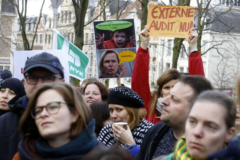 Werknemers van het Agentschap Integratie en Inburgering protesteren tegen de nakende ontslagen.  Beeld BELGA