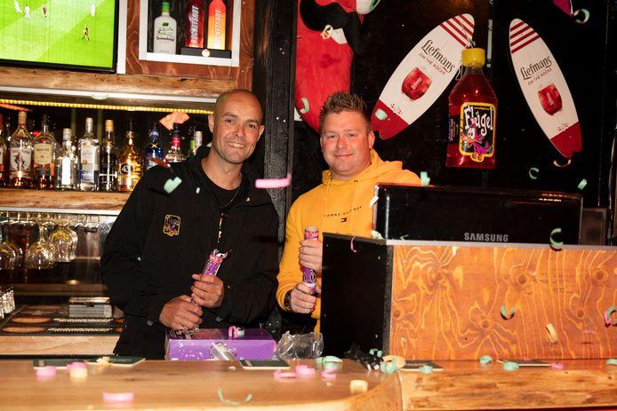 Pinky in Renesse is er klaar voor om zaterdag weer open te gaan! Links Jeroen Giele, rechts party DJ Ayron/Ayron Kuijsters.