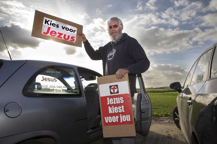 Joop van Ooijen met campagnemateriaal voor een eerdere verkiezing.