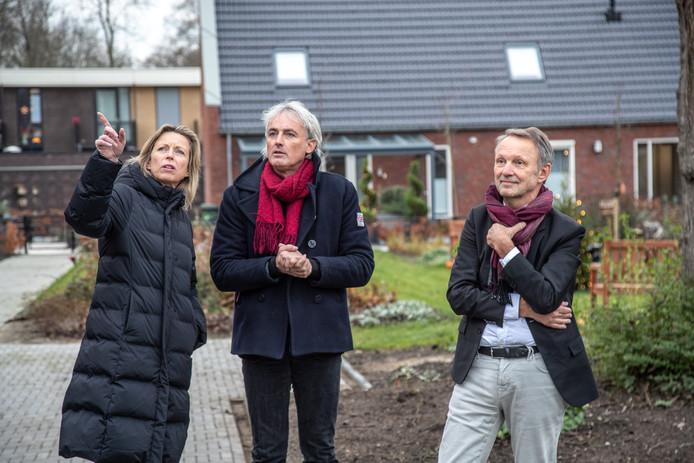 Kasja Ollongren (links) bezocht gistermiddag de Knarrenhof. Oprichter Peter Prak (midden) gaf haar uitleg over het woonproject voor ouderen.