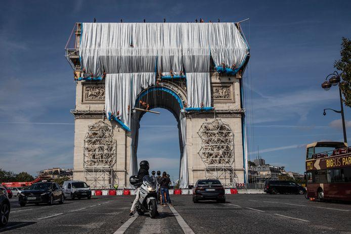 Gisterochtend begonnen de werkzaamheden om de Arc de Triomphe in Parijs volledig in te pakken met een blauw-zilveren stof.