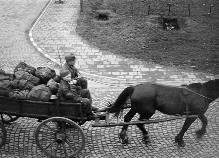 Terugtrekkende Duitsers met paard en wagen in de Overijsselse plaats Vriezenveen, 1945. Beeld Frits Lamberts