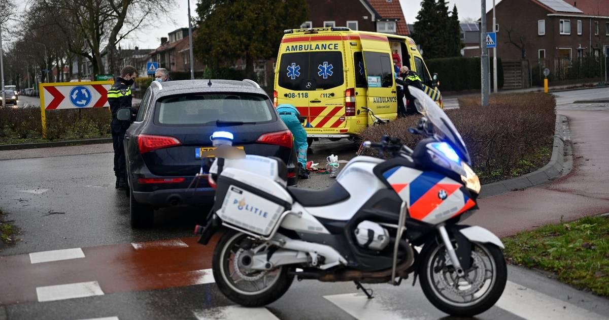 Fietsster gewond na botsing met auto op rotonde in Nijmegen.