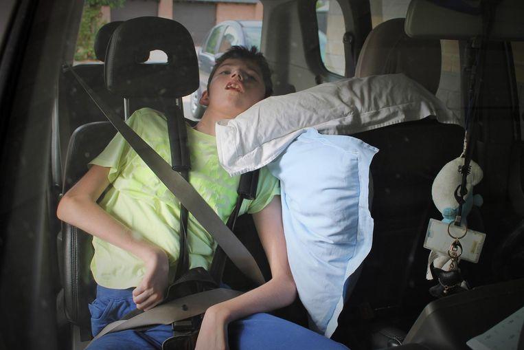 In de wagen van Corinna is geen plaats voor de rolstoel van Thomas. Het is ook erg moeilijk om hem rechtop tezetten.