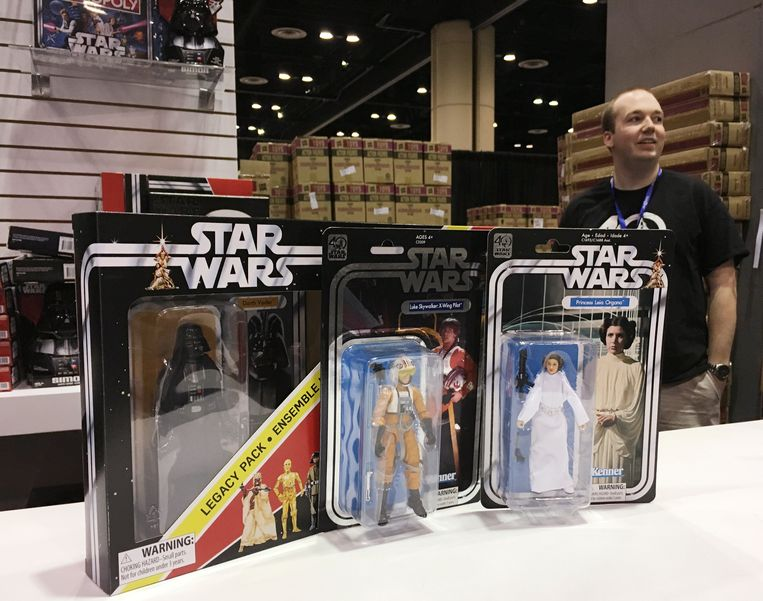Tijdens Star Wars Celebration in Orlando gingen replica's van de originele Kenner-poppetjes als zoete broodjes over de toonbank. Beeld REUTERS
