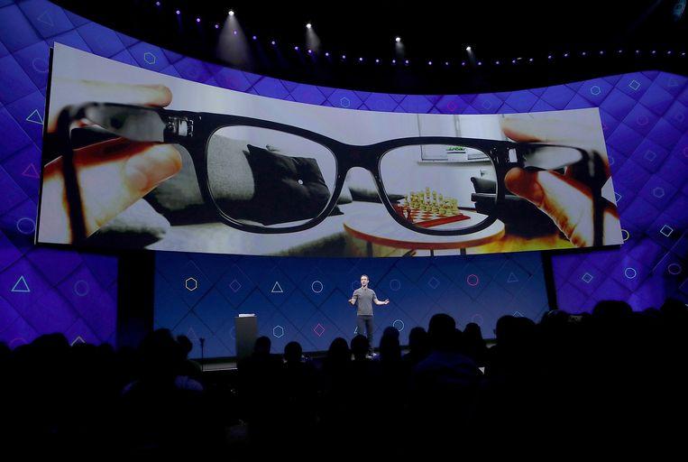 Tijdens de ontwikkelaarsconferentie F8 van Facebook in 2017 lichtte CEO Mark Zuckerberg al een tipje van de sluier van hoe zijn bedrijf zou inzetten augmented reality. Nu zou Facebook effectief aan een slimme bril werken. Beeld AFP