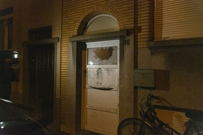 Het ingebroken raam waar de granaat door werd gegooid.