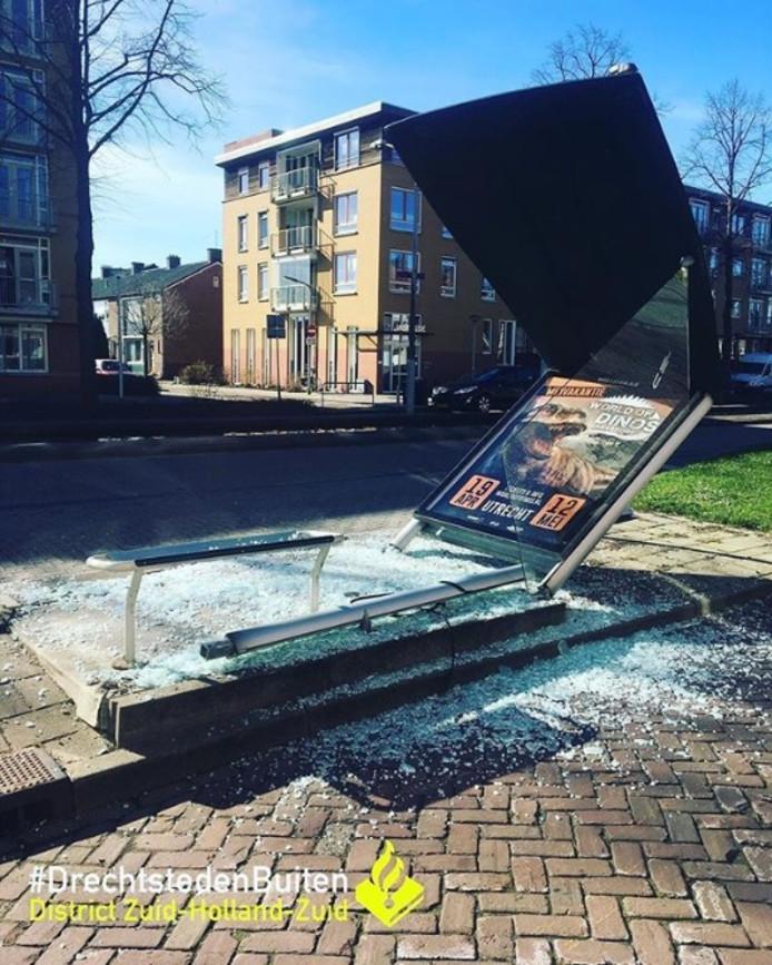 Een buschauffeur van Qbuzz reed vandaag in Alblasserdam een bushokje aan diggelen.