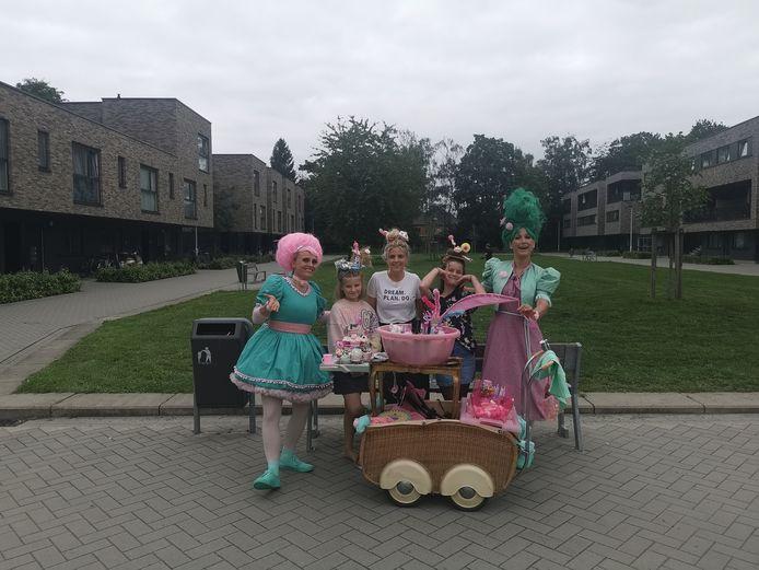 De kinderen van verschillende woonprojecten in Brasschaat, Wuustwezel en Sint-Lenaarts werden verrast met amusant straattheater.