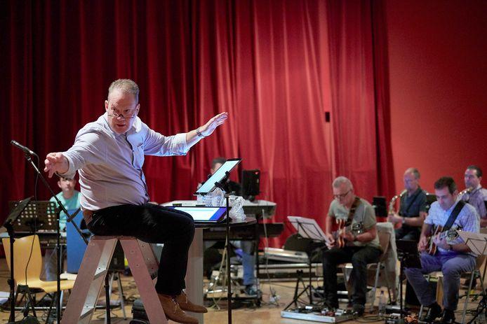 Repetitie Valley Sound Big Band voor opening feestweek Roosendaal 750jaar met dirigent Peter Bogers. Foto Timo Reisiger