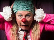 Tien clowns vertonen kunsten in de Spiegeltent Gouda