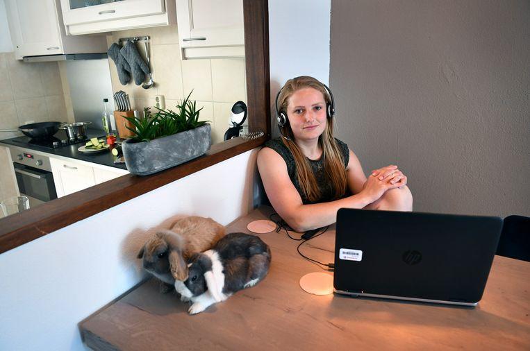 Amy Cornelissen op haar thuiswerkplek in Breda.  Beeld Marcel van den Bergh / de Volkskrant