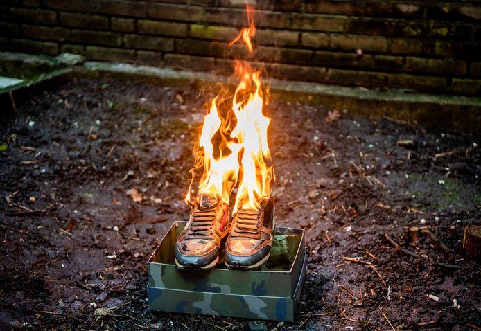 """De familie van de een jaar geleden doodgeschoten Humeyra kwam afgelopen woensdag bij elkaar en stak de schoenen die Bekir zo graag terugwilde, in de fik. ,,Zo kunnen we hem nog een beetje pakken."""""""