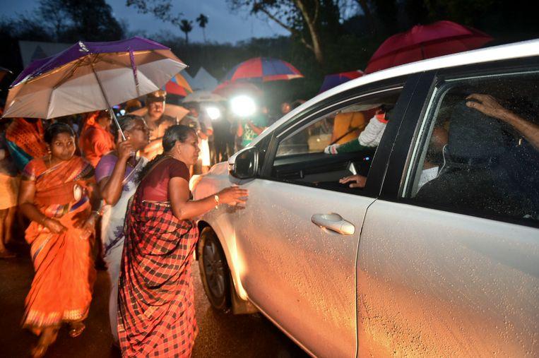 Hindoevrouwen die tegen de rechterlijke uitspraak zijn, controleren auto's die onderweg zijn naar de tempel. Beeld AP