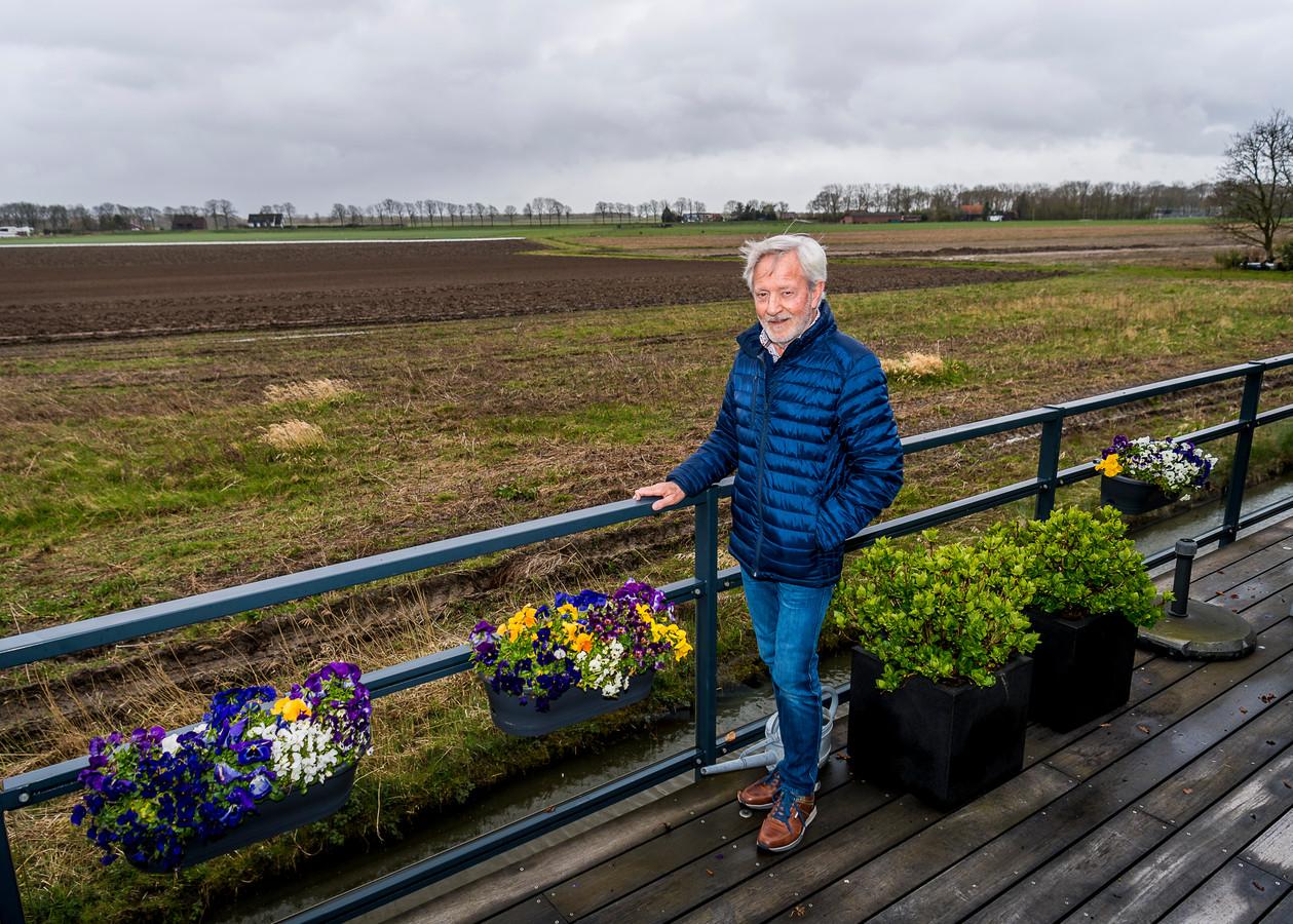 In de polder waar Thedie Binder uit Rhoon op uitkijkt, wil de gemeente Albrandswaard een sportpark aanleggen.