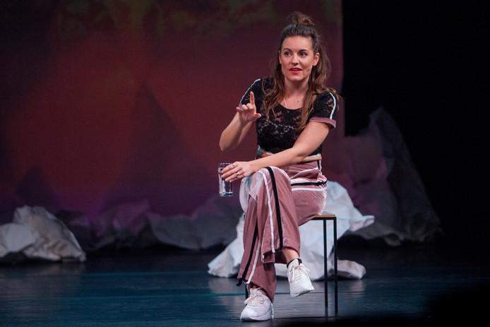 Eva Crutzen tijdens haar voorstelling Opslaan Als