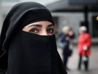 Nieuw decreet van taliban: studentes moeten apart les volgen met zwarte abaya en sluier die gezicht bedekt