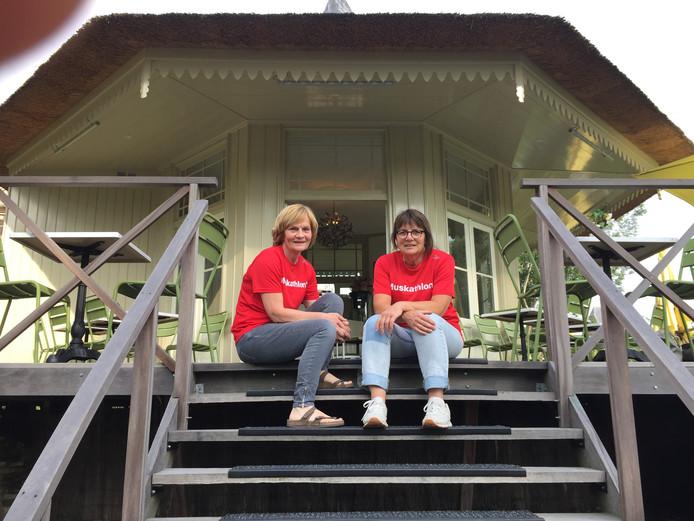 Joke en Marjon bij het theehuis in Oudewater