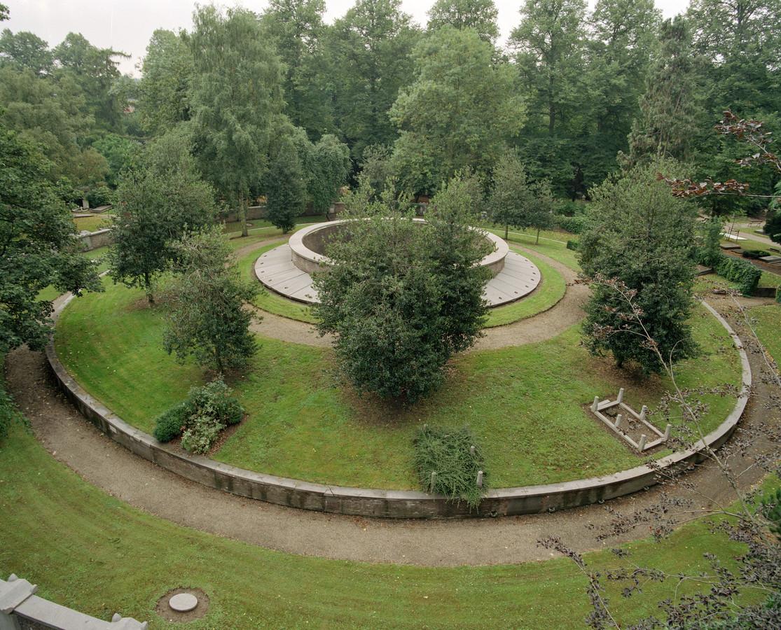 Gezicht op de door J.D. Zocher ontworpen grafheuvel, de 'Ring van Zocher', op begraafplaats Soestbergen. Foto uit 1991.
