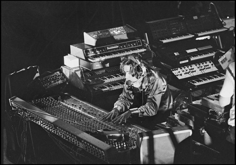 Eminent 310 - 'Het waren echt huiskamerinstrumenten.' Op de foto: Jarre tijdens zijn show op de Place de la Concorde in Parijs in 1979. Beeld getty