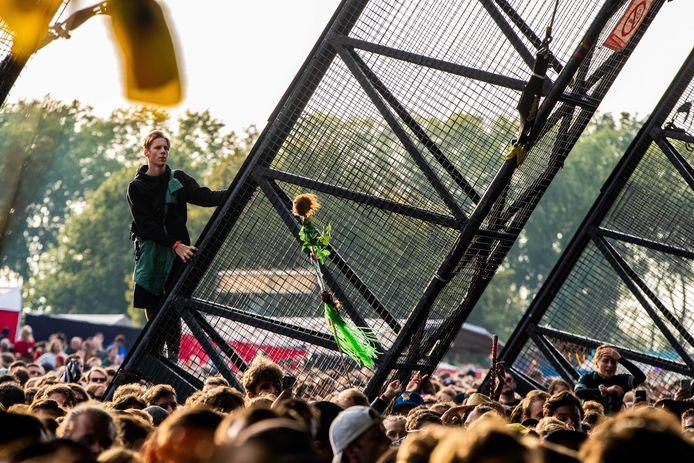 Lowlandsbezoekers op het festivalterrein tijdens de tweede dag van de 27e editie van muziekfestival A Campingflight to Lowlands Paradise.