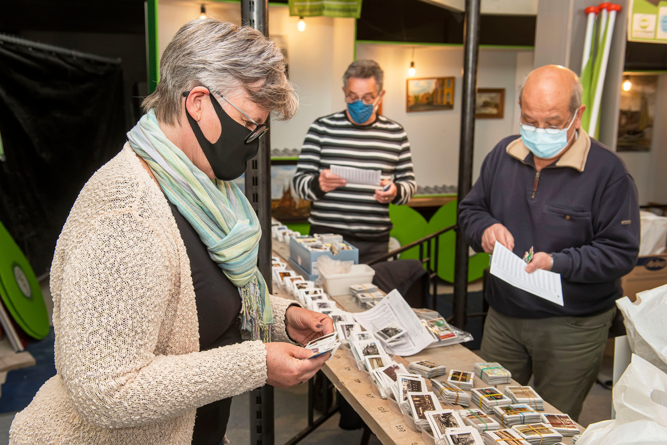 Veers Erfgoed heeft een ruilbeurs opgezet. vanaf zaterdag kunnen verzamelaars kaartjes ruilen voor in het historisch verzamelboek van Albert Heijn.
