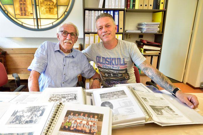 Vader en zoon Wijnand Bloot dragen hun albums met de geschiedenis van de voetbalvereniging vv Moordrecht over aan de historische vereniging.
