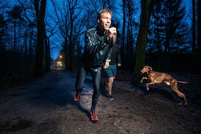 Eugène Oostveen loopt met een cliënt in het bos: 'Rennen helpt bij psychologisch herstel. Samen lopen is het fijnst, zorgt voor verbinding. Een belangrijke waarde voor een mens.''