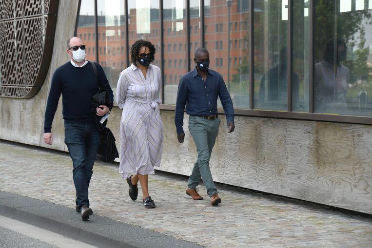 Ousmane Dia (r.), vader van het slachtoffer Sanda Dia, arriveert met zijn partner en advocaat voor een zitting van de Reuzegom-zaak in Hasselt.  Beeld BELGA