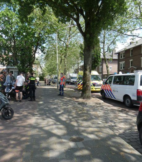 Scooterrijder gewond naar het ziekenhuis na botsing met bestelbusje in Nijmegen