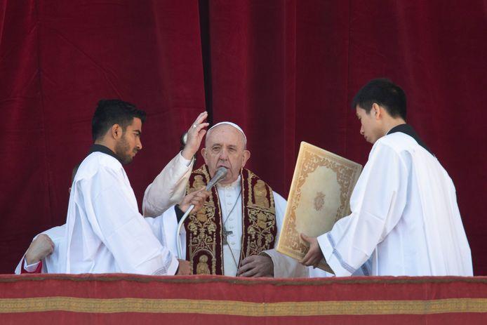 Paus Francisus geeft zijn zegen Urbi et Orbi.