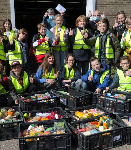Souburgse scholieren zamelen spontaan grote voorraad spullen in voor de voedselbank