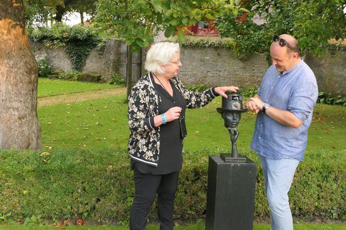Annelies van Helvoirt en Jurrien Peterse bestuderen sculpturen in de Gouverneurstuin in Heusden.