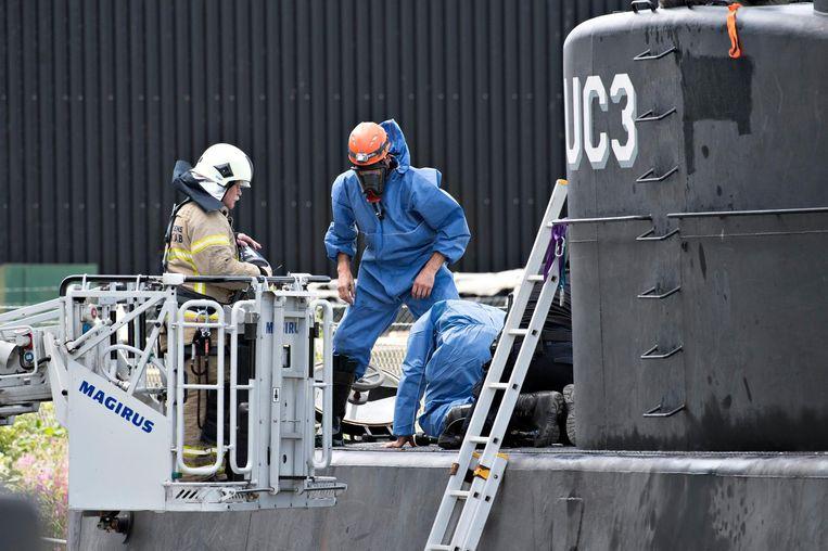 Deense politie onderzoekt de onderzeeboot.   Beeld epa