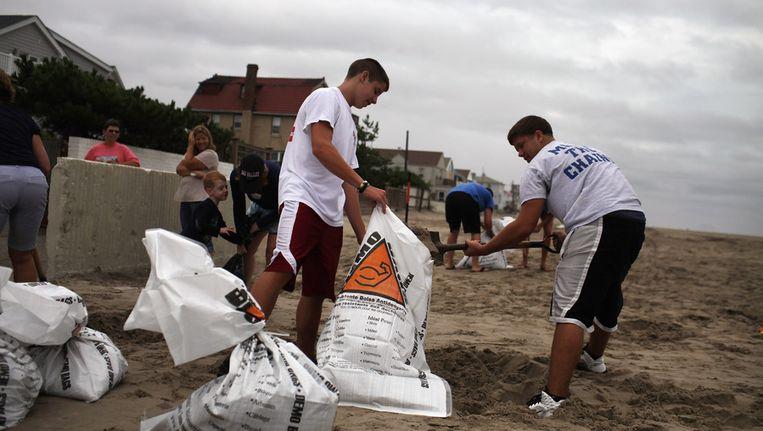 Mensen vullen zandzakken ter voorbereiding op de orkaan Irene Beeld getty