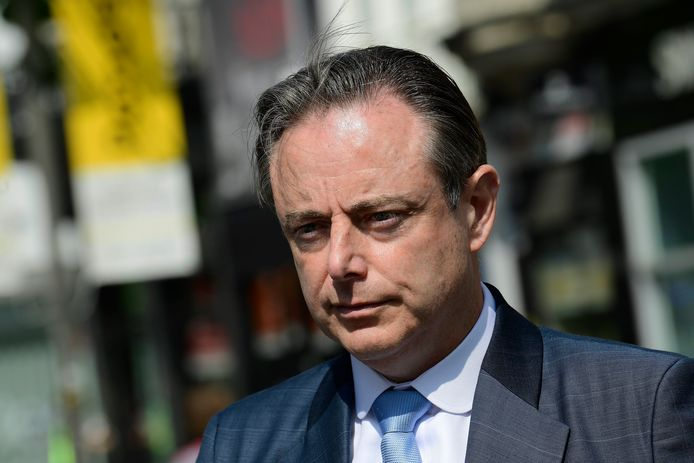 Bart De Wever (N-VA) vindt dat de federale overheid best een sprint trekt tegen de drugstrafiek via de haven van Antwerpen om te beletten dat nog meer problemen vanuit Nederland onze kant uitkomen.