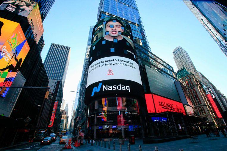 Airbnb gaat naar de beurs. Het logo van het bedrijf is weergegeven op het gebouw van de Amerikaanse beurs Nasdaq op Times Square in New York. Beeld AFP