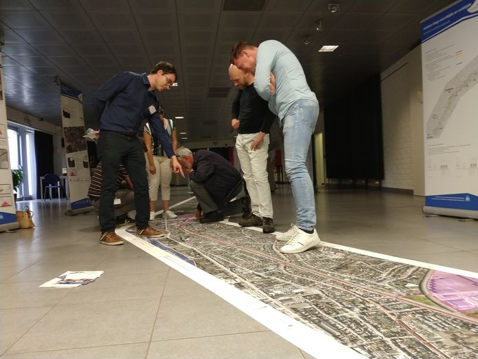 Een kleine 100-tal mensen hebben in CC 't Spoor in Harelbeke de infomarkt bezocht over de fietssnelweg die aangelegd zal worden tussen het station van Kortrijk en Waregem.