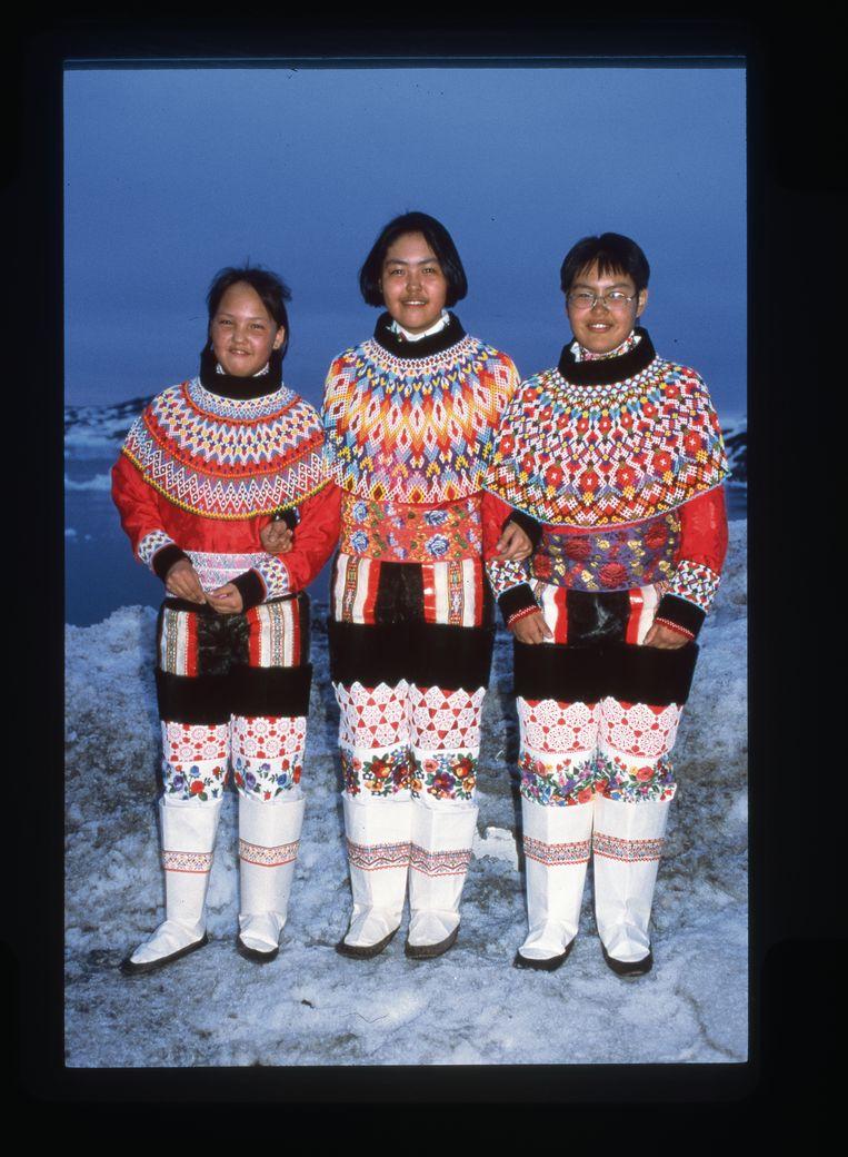 Locals in traditionele klederdracht. Beeld Veerle Windels