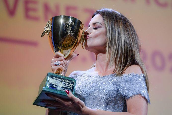 Penélope Cruz embrassant son prix, samedi