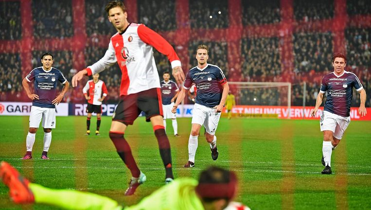 Mike Ruijter, aanvoerder Swift, kijkt toe hoe doelman Bogdan Costantin de penalty van Michiel Kramer stopt. Beeld Guus Dubbelman