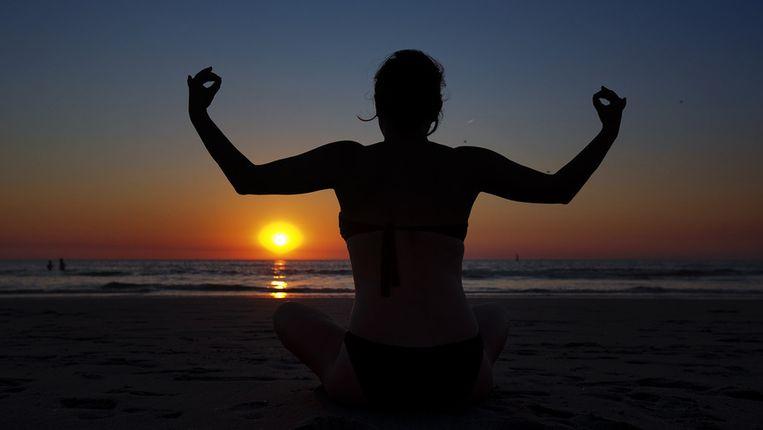 Yoga op het strand, hier bij Hoek van Holland, zondag bij Roest. Beeld ANP