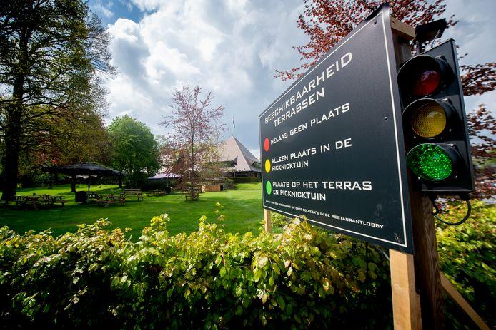 Bij de Cantharel kunnen bezoekers via een verkeerslicht zien of er nog plek is op het terras of in de picknicktuin.