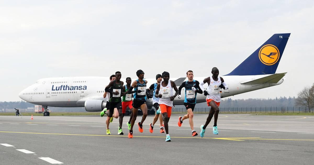 Eliud Kipchoge wint marathon op vliegveld Twente