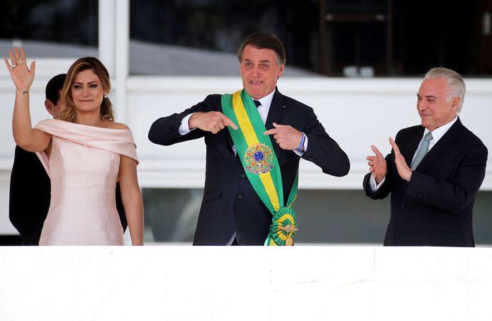 Kersvers president Jair Bolsonaro toont zijn presidentieel lint na zijn inauguratie.